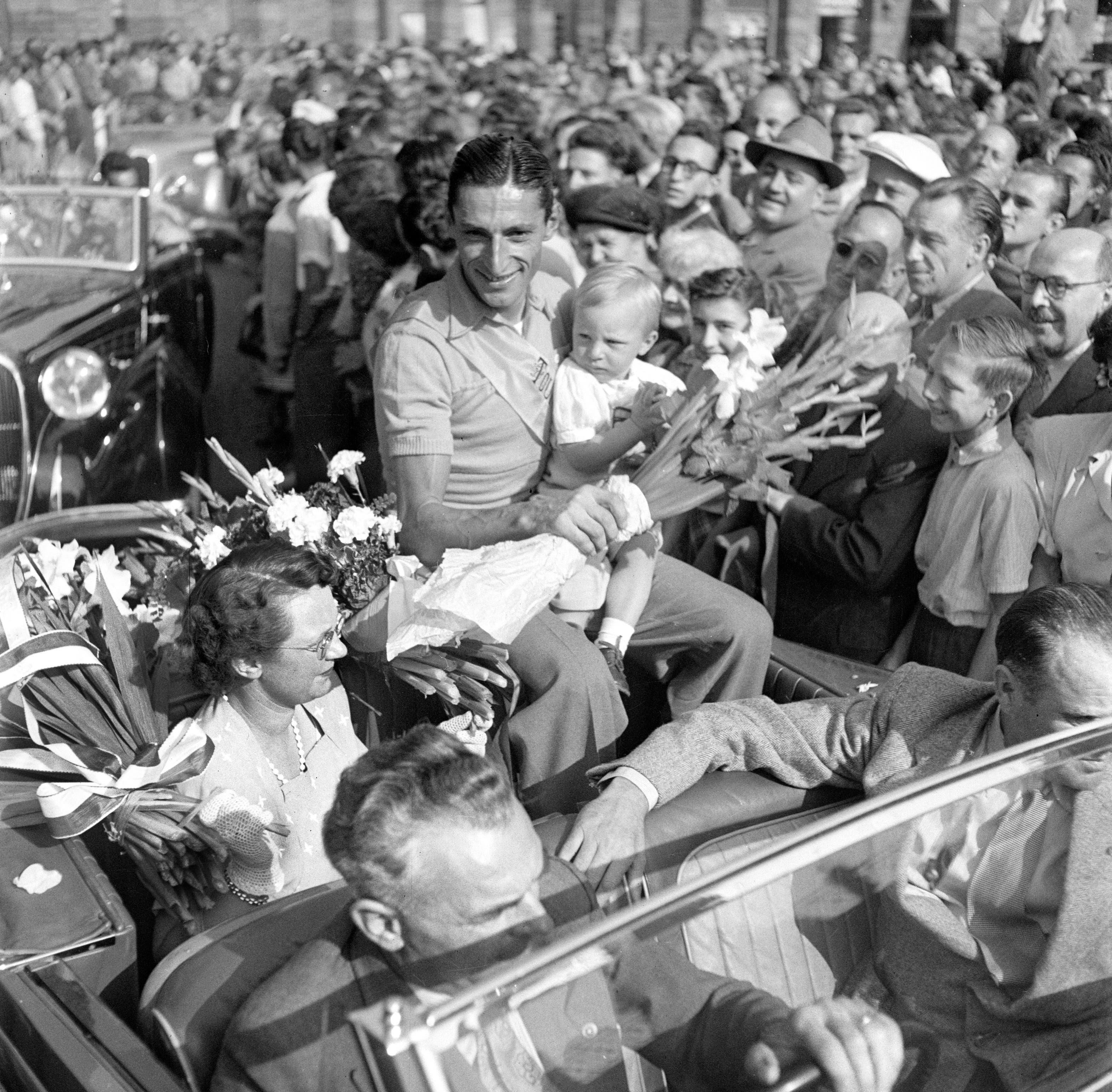 Ferdy Kübler – Bilder zu seinem Leben Der Schweizer Radrennfahrer Ferdy Kübler trifft im August 1950 nach seinem Gesamtsieg an der Tour de France am Bahnhof Zürich-Enge in Zürich ein, wo er von seiner Frau und seinem Sohn und einer Menschenmenge empfangen wird.