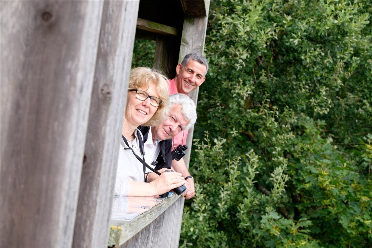 Promotoren des Naturzentrums: Kathrin Hochuli, Geschäftsführerin Birdlife Aargau, Werner Müller, Geschäftsführer Birdlife Schweiz, und Simon Egger, Leiter Sektion Natur und Landschaft beim Kanton Aargau, (v.l.) auf dem Aussichtsturm beim Klingnauer Stausee.