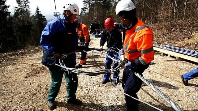 Das Stahlseil der Gondelbahn wird um einige Meter kürzer