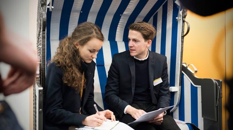 An der Absolventenmesse buhlen Firmen um Studis