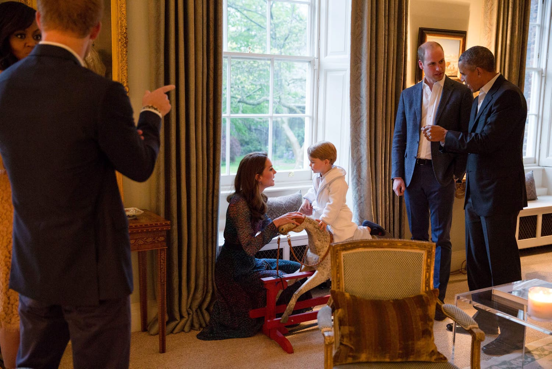 Bevor George zu Bett gehen musste, konnte der Zweijährige sogar noch das Schaukelpferd vorführen, das er von den Obamas zu Geburt geschenkt bekommen hatte.