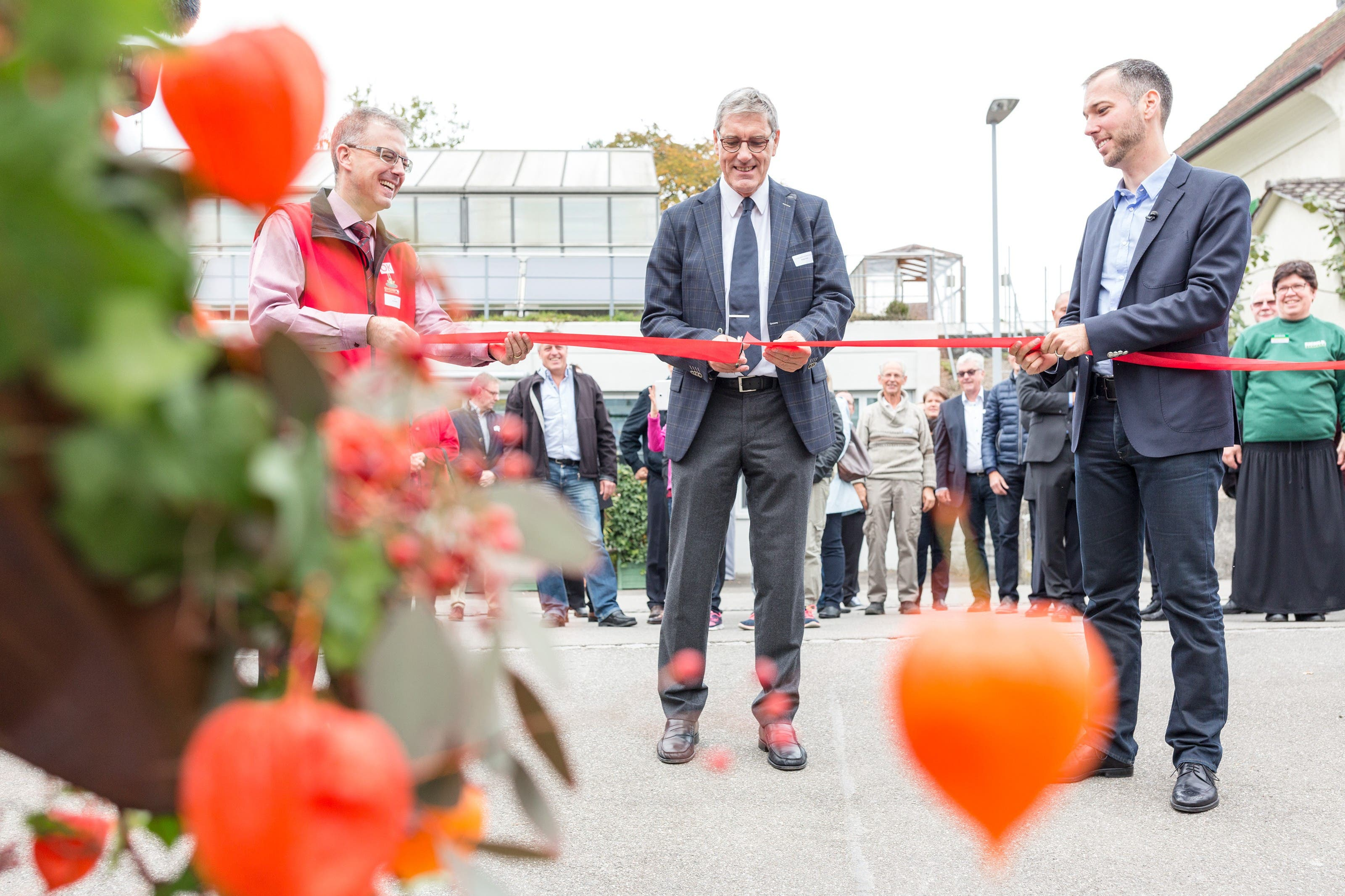 Gemeindeammann Gregor Naef schnitt in Begleitung von OK-Präsident Paul Wertli (l.) und Gemeinderat Lukas Fus (r.) feierlich das rote Band durch.