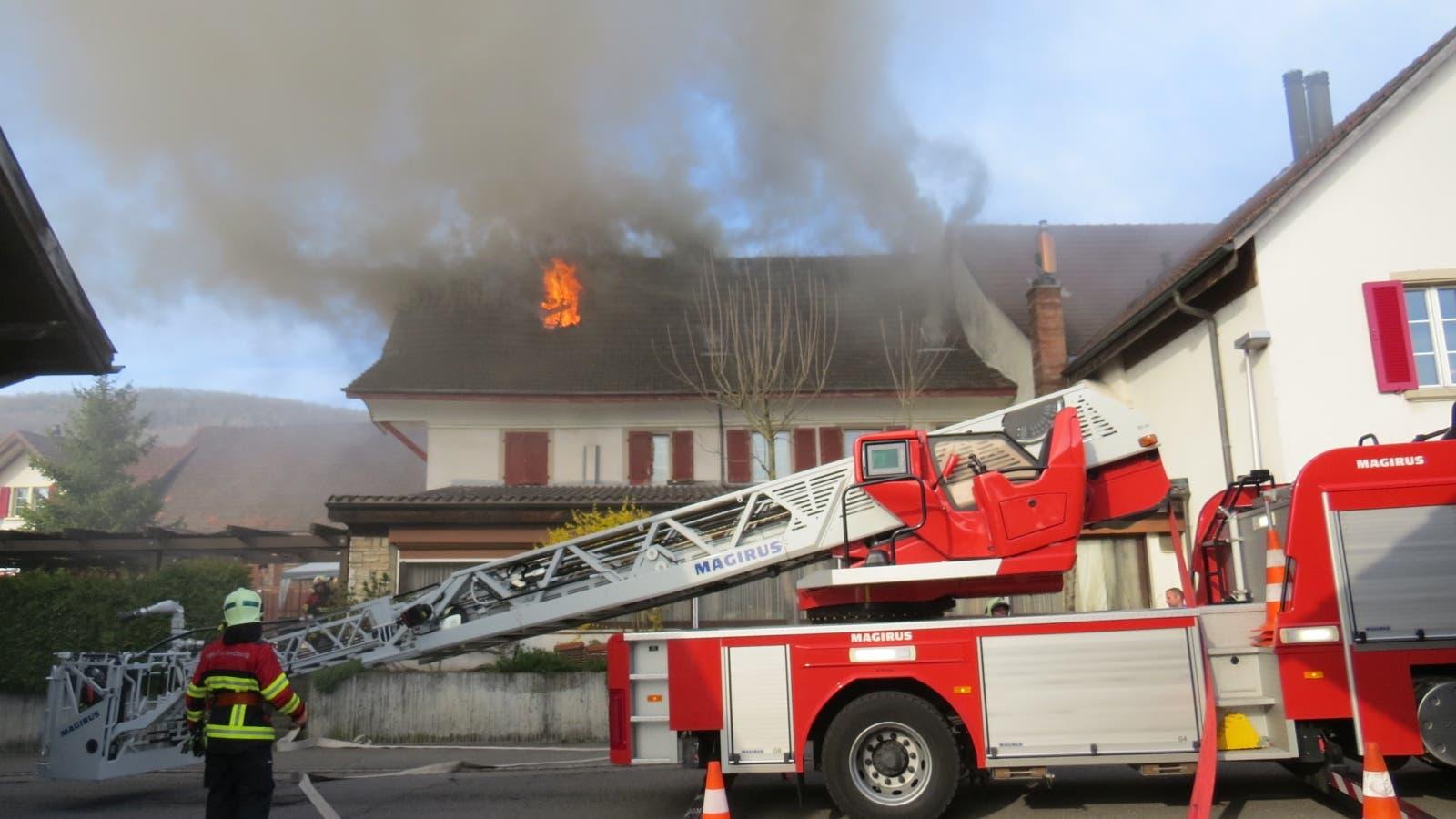 """Im Dachstock des Restaurants """"Rössli"""" brach am Donnerstagnachmittag ein Brand aus."""