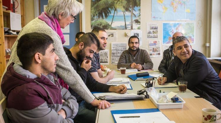 Singen, jassen, büffeln: So helfen Freiwillige Flüchtlingen bei der Integration
