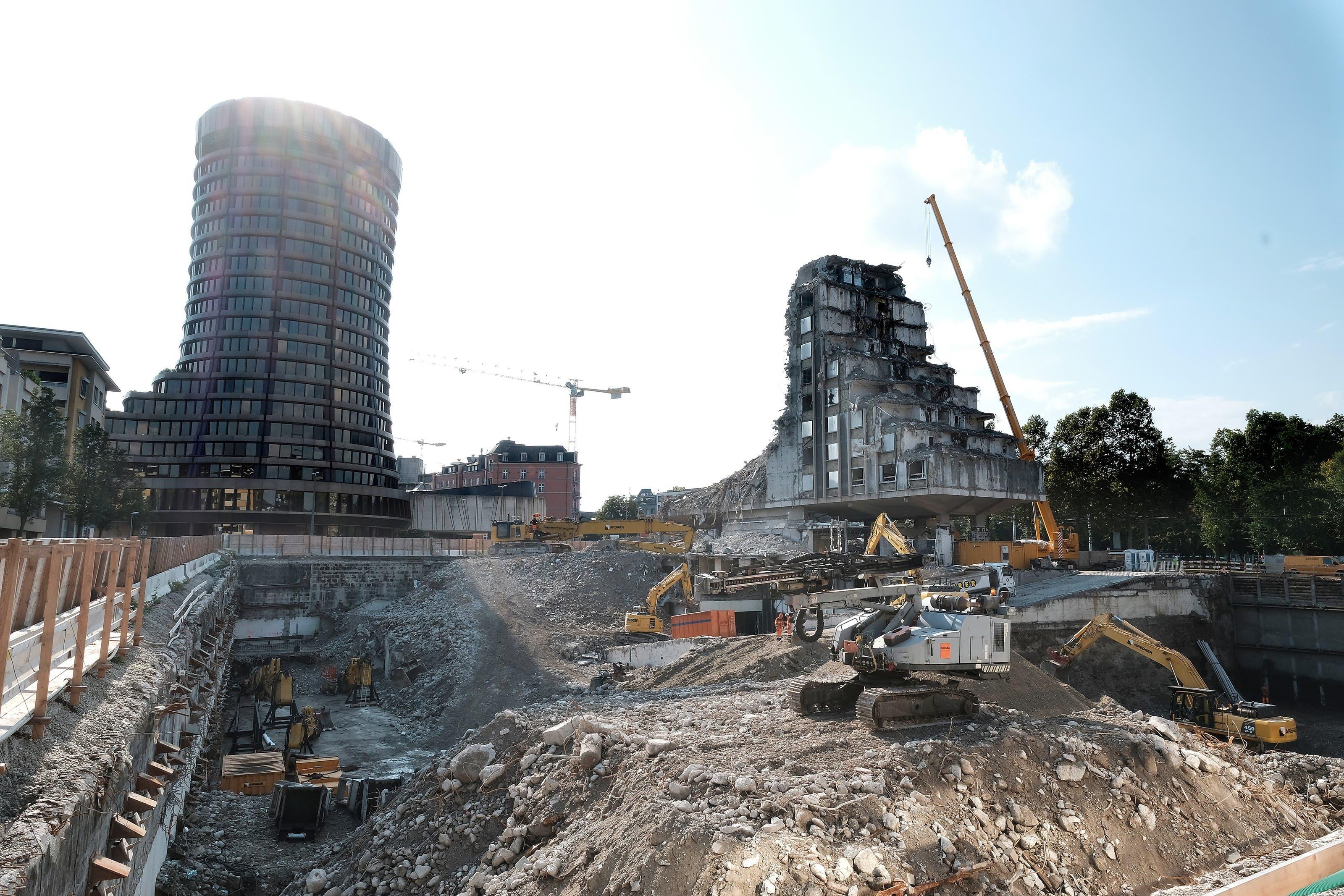 Erinnert an Krieg: Letzte Abbruchphase des Hilton am Bahnhof am 19. September. Heute ist das Hotel Geschichte.