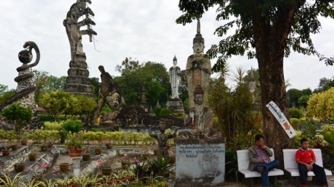 Lächelnder Buddha mitten im Dschungel