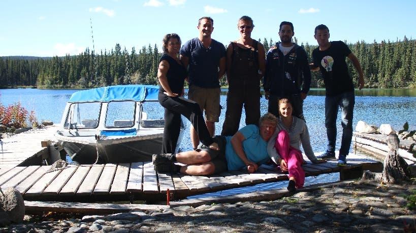Die Hinterthurgauer Sabine (l.) und Engi (m.) verbringen jedes Jahr vier Monate in einer wunderschönen Hütte im Norden Kanadas - Freunde sind herzlich willkommen.