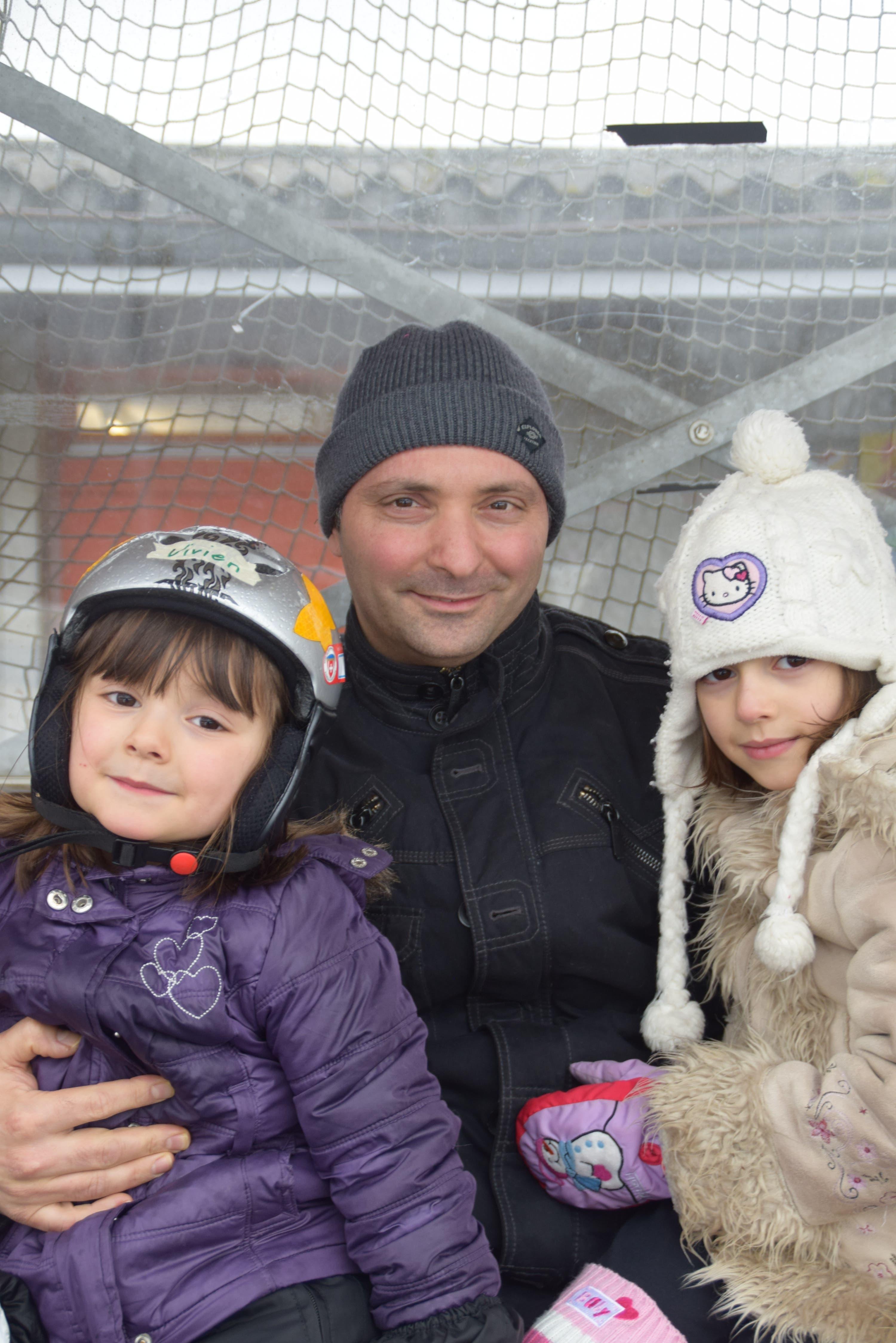 Franco Michienzi (40), Büttikon «Die jetzige Eisbahn ist so heimelig. Bei schönem Wetter fährt man unter der Sonne und die Kinder haben auch Spass daran. Meiner Meinung nach bräuchte es nicht unbedingt eine neue Eisbahn.»