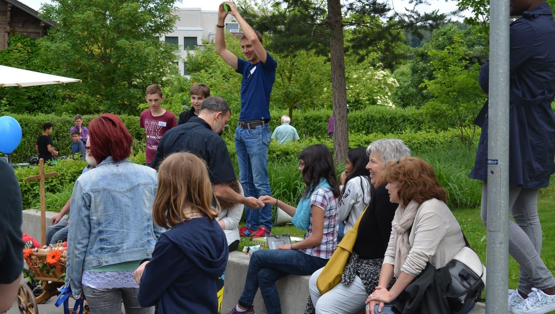 Tombola, Torwandschiessen, Auktion: Kinder begrüssen Besucher in ihrem Heim