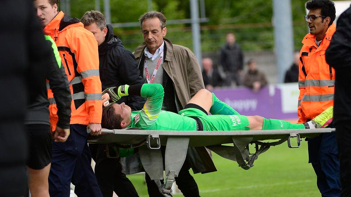 FCA-Torhüter Steven Deana muss nach einem heftigen Zusammenprall mit einem Gegenspieler auf der Bahre vom Platz getragen werden