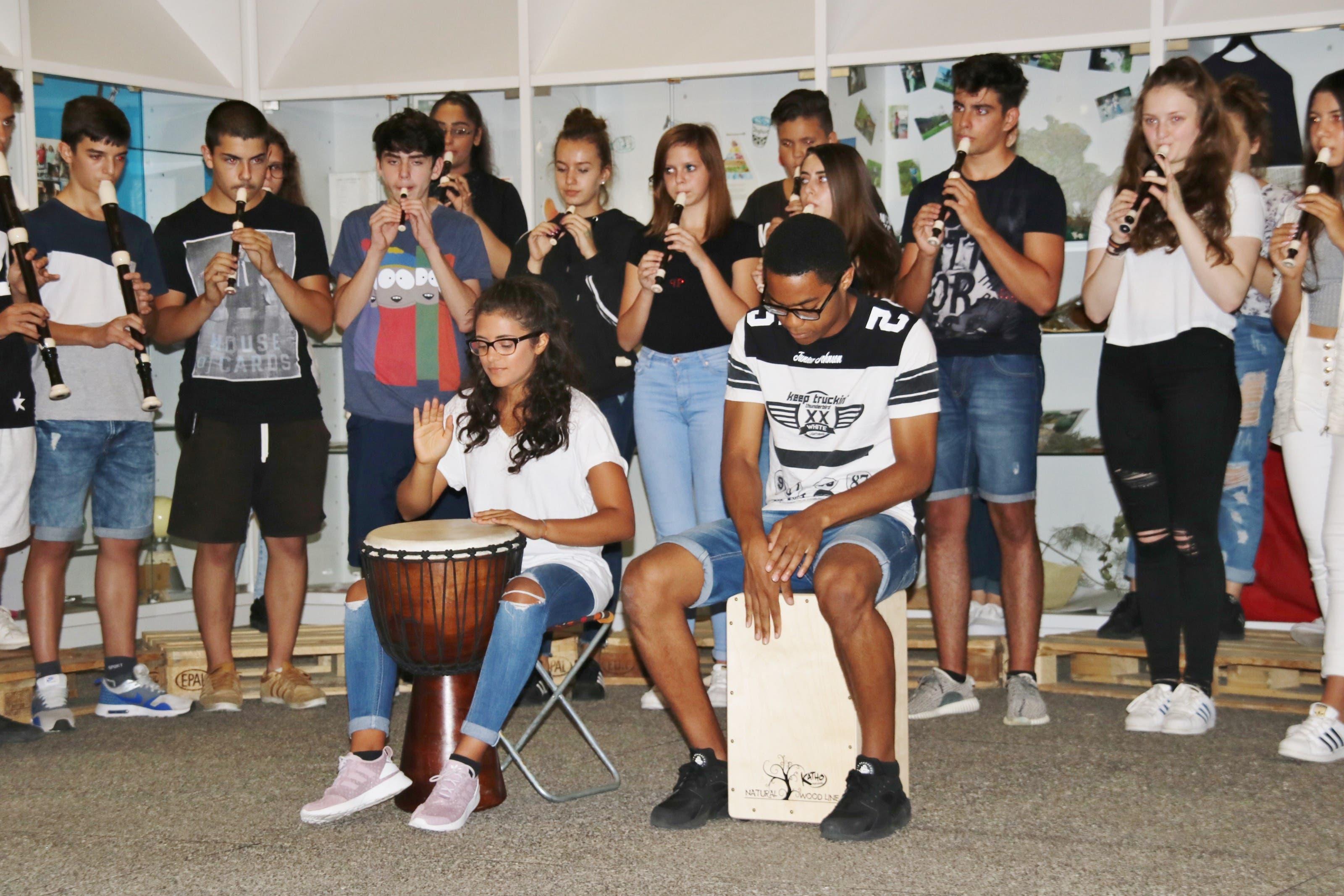 Die Schule Neuenhof erhält Stiftungsgelder der Peter-Hans Frey Stiftung Übergabe begleitet vom Flötenchor.