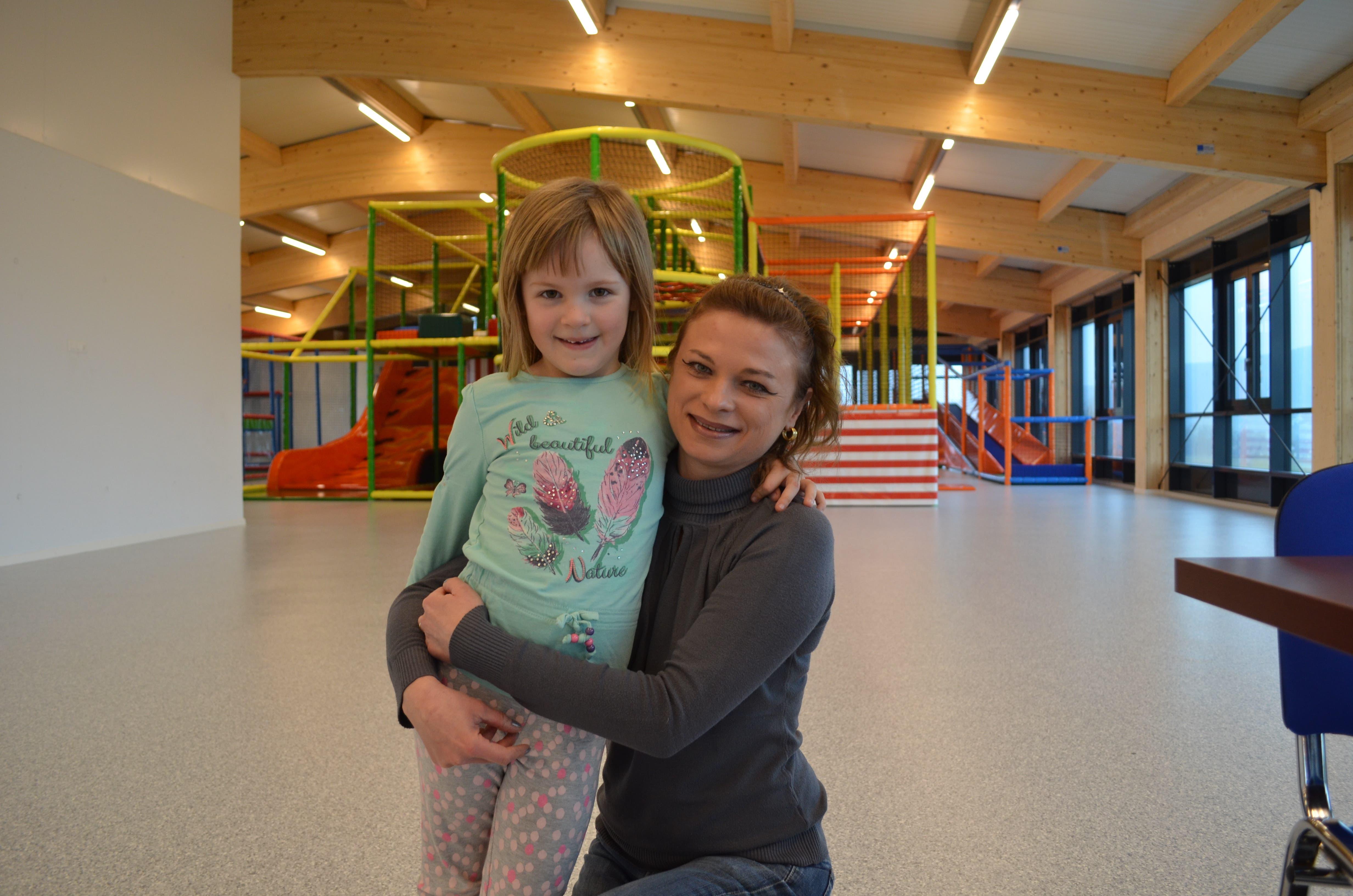Karolina Rübsamen, Praxisassistentin, 41, Mama von Anastasia (5) aus Kallern «Bei schlechtem Wetter gehen wir oft in Indoor-Spielparks. Bei diesem hier finde ich die Verpflegungsmöglichkeiten toll und dass wir Eltern keinen Eintritt zahlen. Auch die Sicherheit wird gut eingehalten.»