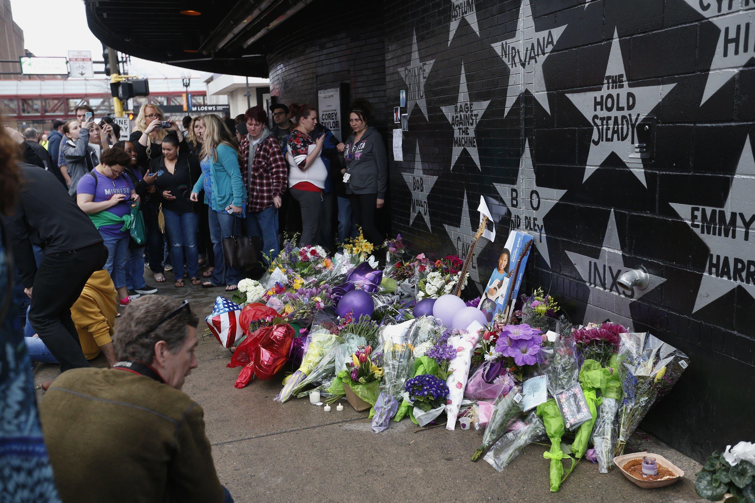 Menschen trauern um den verstorbenen Popstar bei seinem Stern am «First Avenue»-Club in Minneapolis.