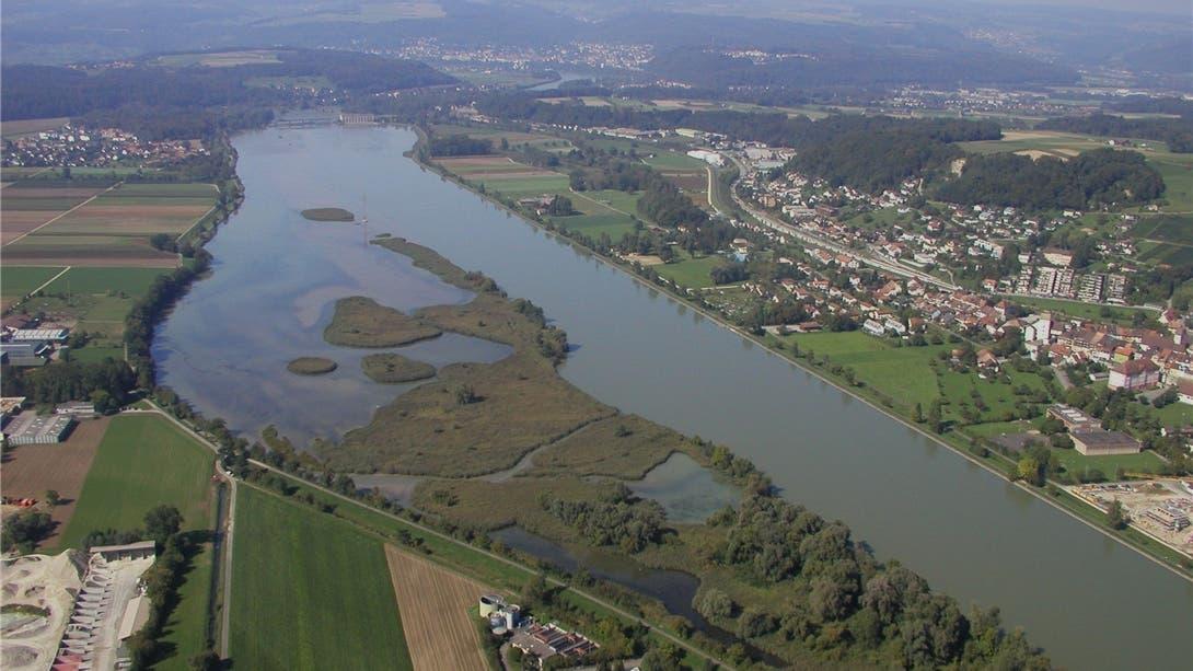 Der Klingnauer Stausee aus der Vogelperspektive. Das Naturzentrum ist auf der Kleindöttinger Seite (im Bild links) geplant.
