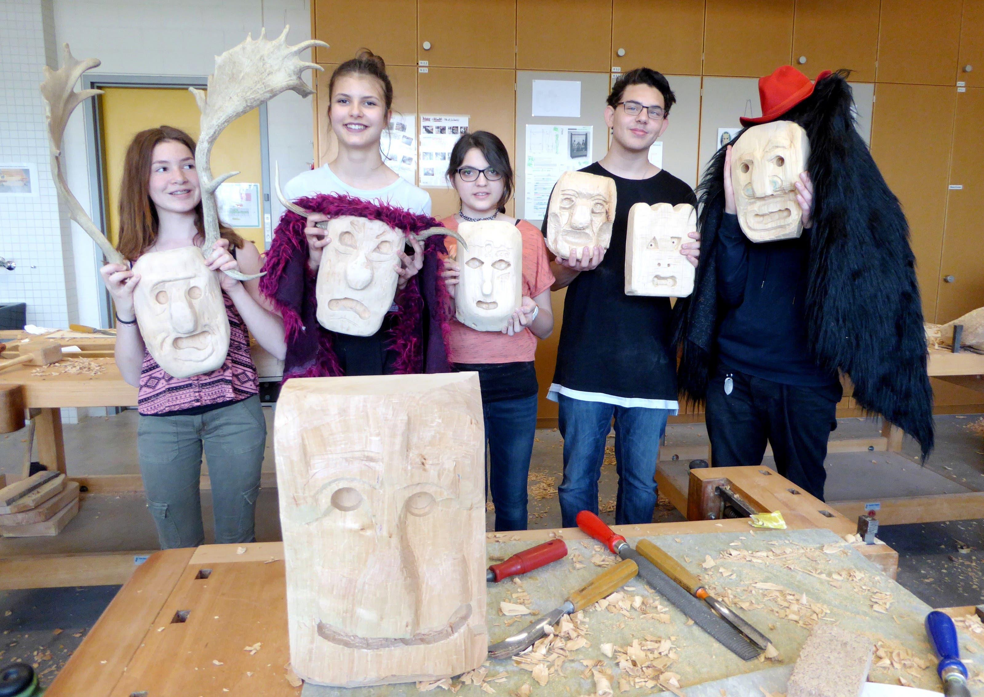 Schüler schnitzen Holzmasken