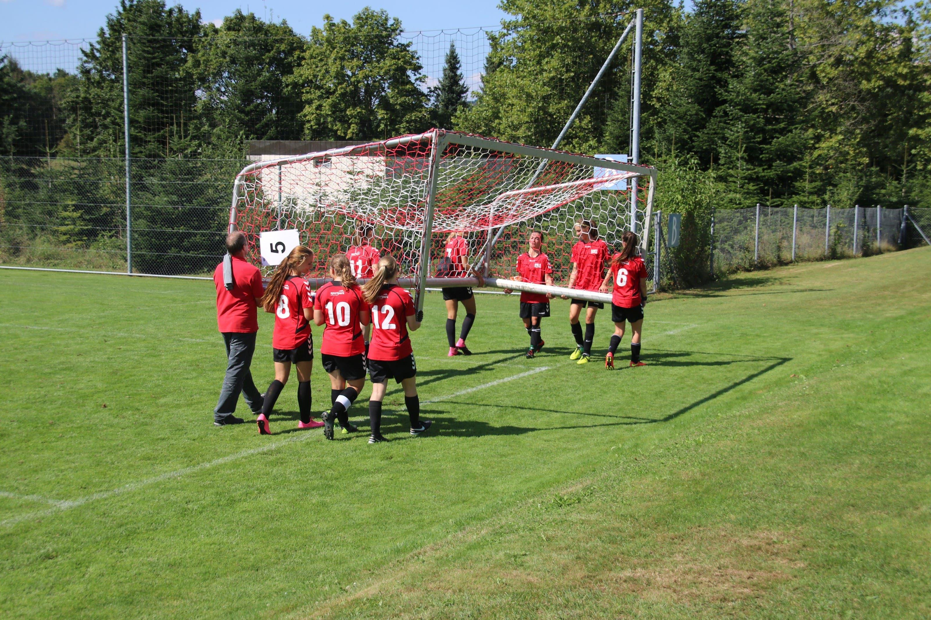 Fussball-Schweizer-Meisterschaft Mittelschulen in Baden. Das Tor wird in Position gebracht.