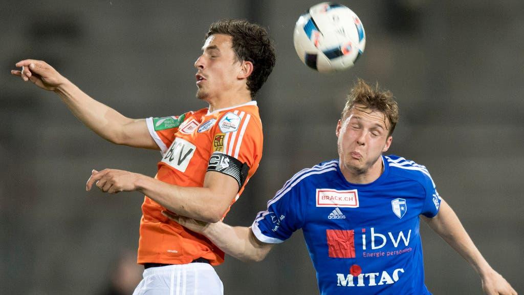 Augen zu und durch: Olivier Custodio (links) im Kopfballduell mit Wohlens Joel Geissmann (rechts).
