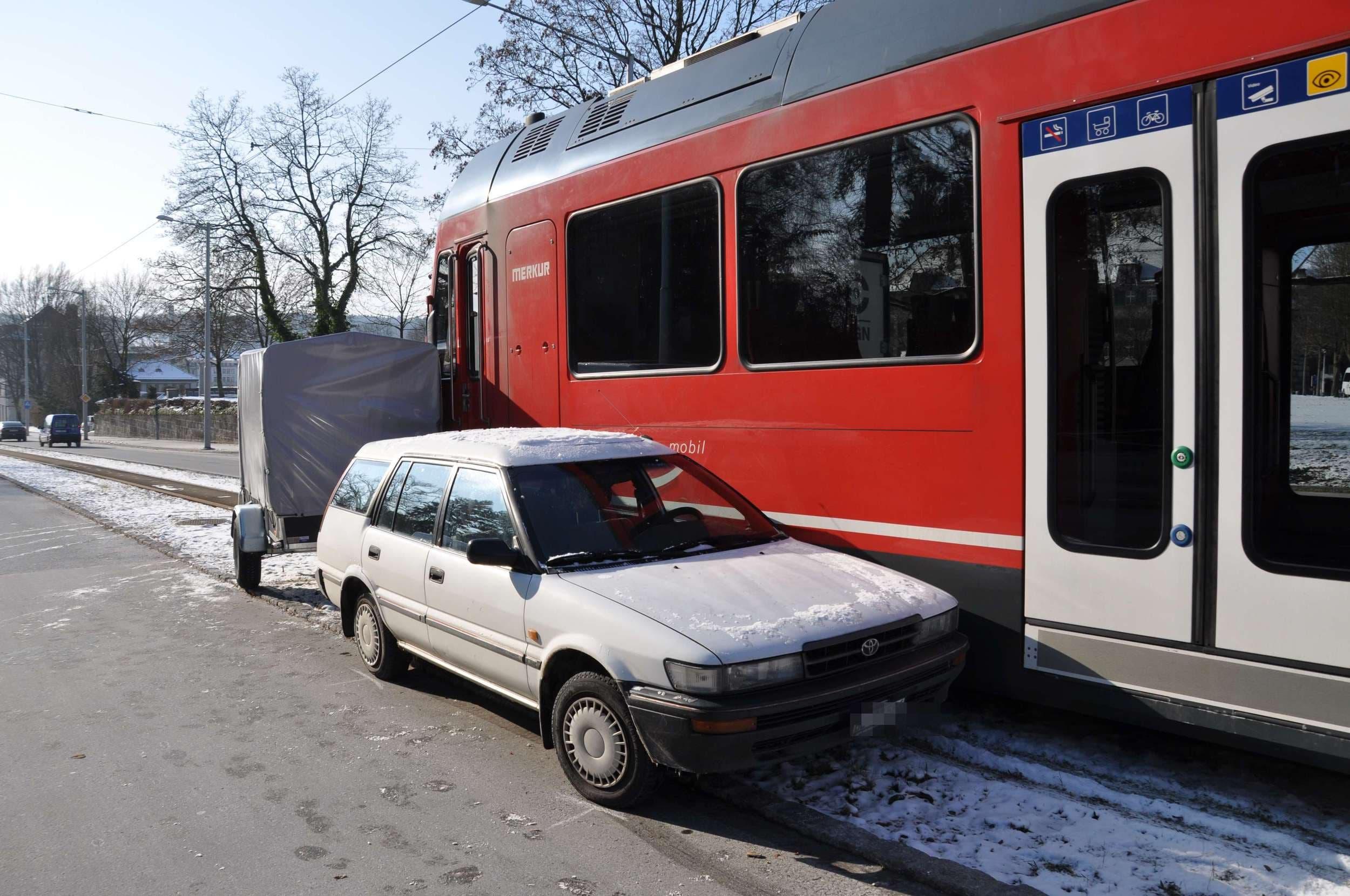 3. Februar 2012 Ein weisser Toyota mit Anhänger übersieht das Rotlicht und wird vom Bipperlisi mehrere Meter Richtung Rötibrücke mitgeschleift und schliesslich seitlich abgedrängt. An der Zugskomposition und am Auto entstand ein Gesamtschaden von mehreren 1'000 Franken.