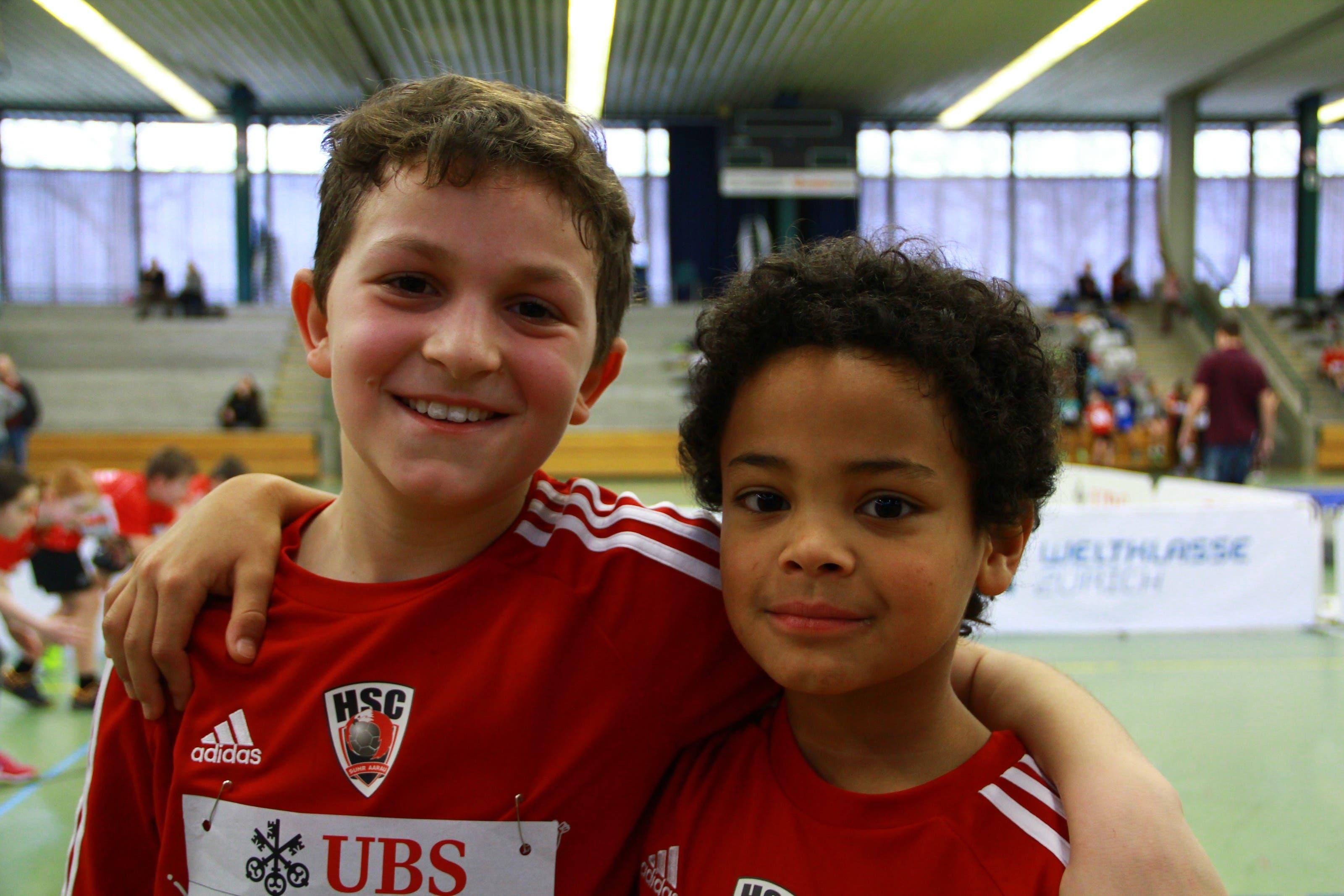 Nico Francescetti (10, l.) und Ruben Gadola (10) Aarau «Normalerweise spielen wir zweimal die Woche Handball, heute haben wir uns in der Leichtathletik versucht. Am schlechtesten waren wir wohl im Weitsprung. Dafür haben wir die Leichtathleten im Sprint abgehängt..!»