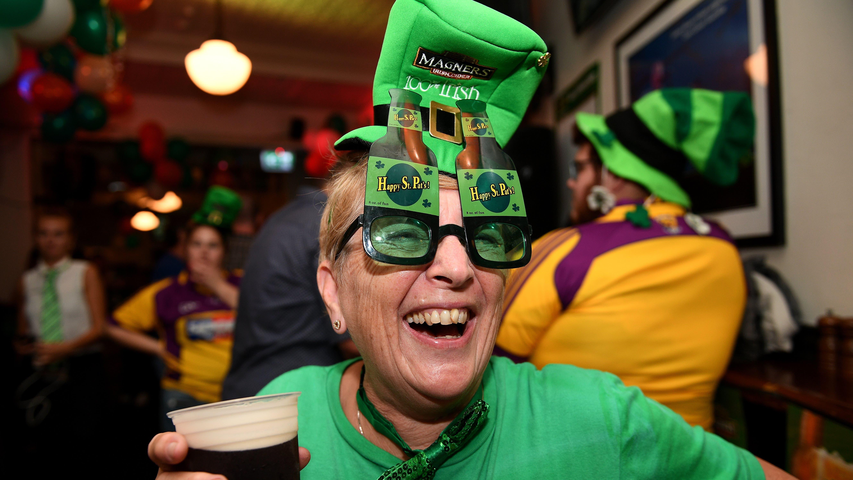 Sydney Ein Mann feiert den St. Patrick's Day am 17. März ausgelassen in einem Hotel in Sydney.