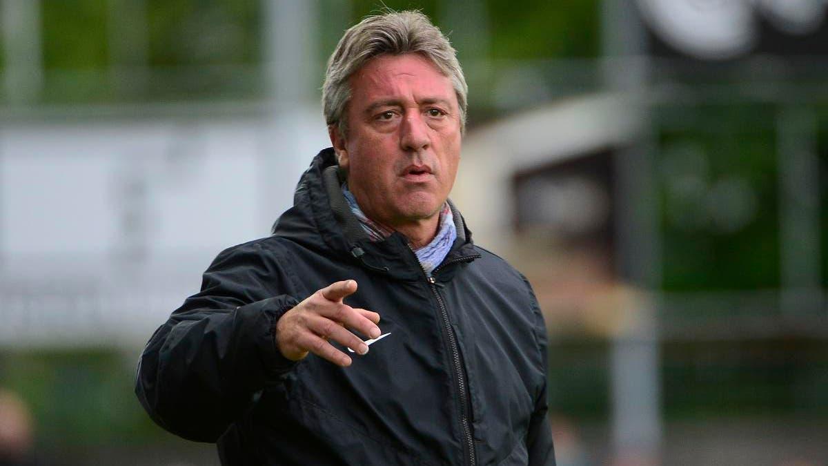 FCA-Trainer Marco Schällibaum gibt von der Seitenlinie aus Anweisungen