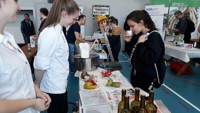 Schule trifft Wirtschaft: Bei der Tischmesse erhielten Schüler einen Überblick über Lehrberufe
