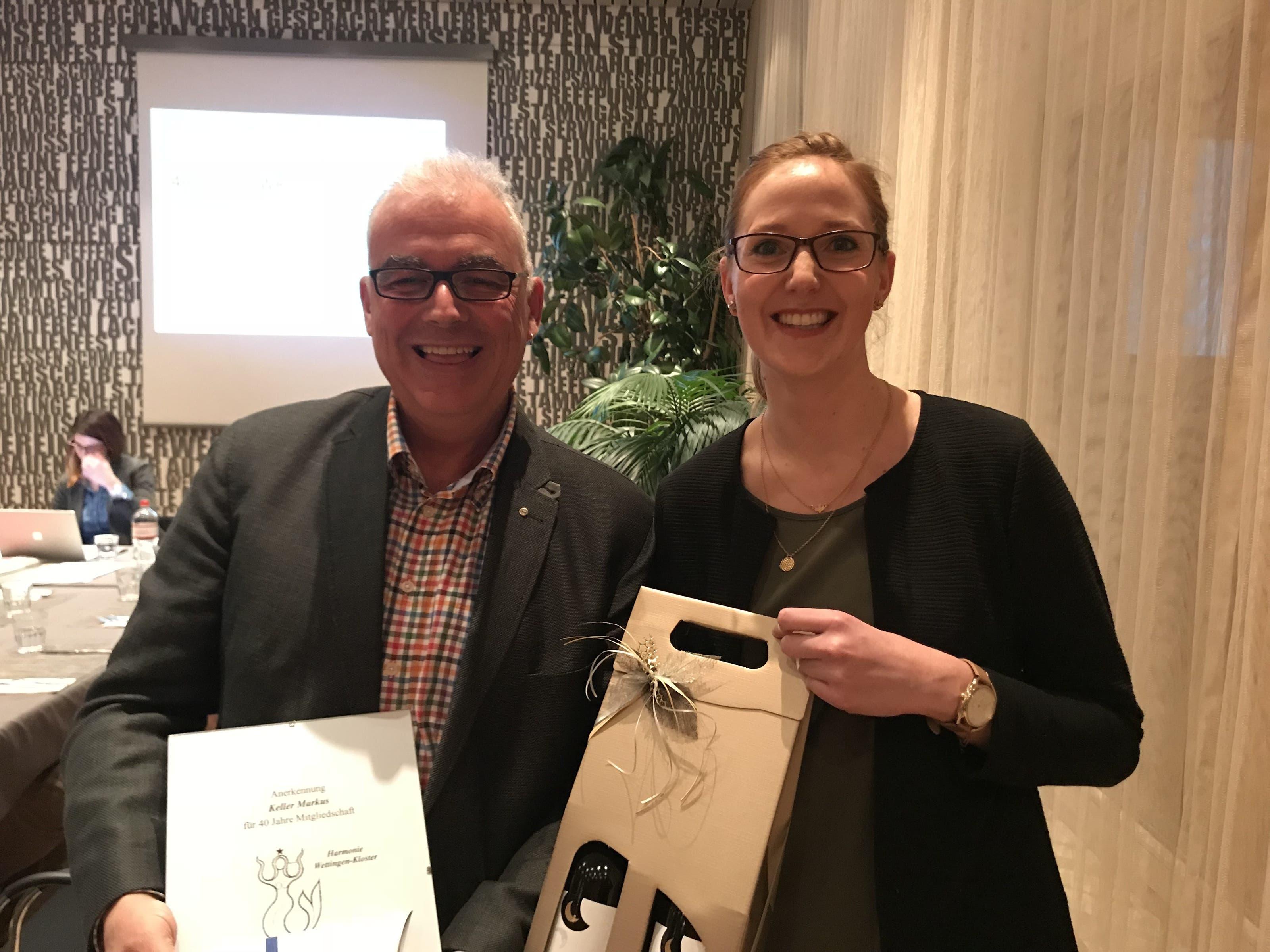 Markus Keller, Ehrung 40 Jahre HWK Mitgliederbetreuerin Manuela Gruber mit Präsenten für den geehrten Markus Keller für 40 Jahre aktive Mitgliedschaft im Verein.