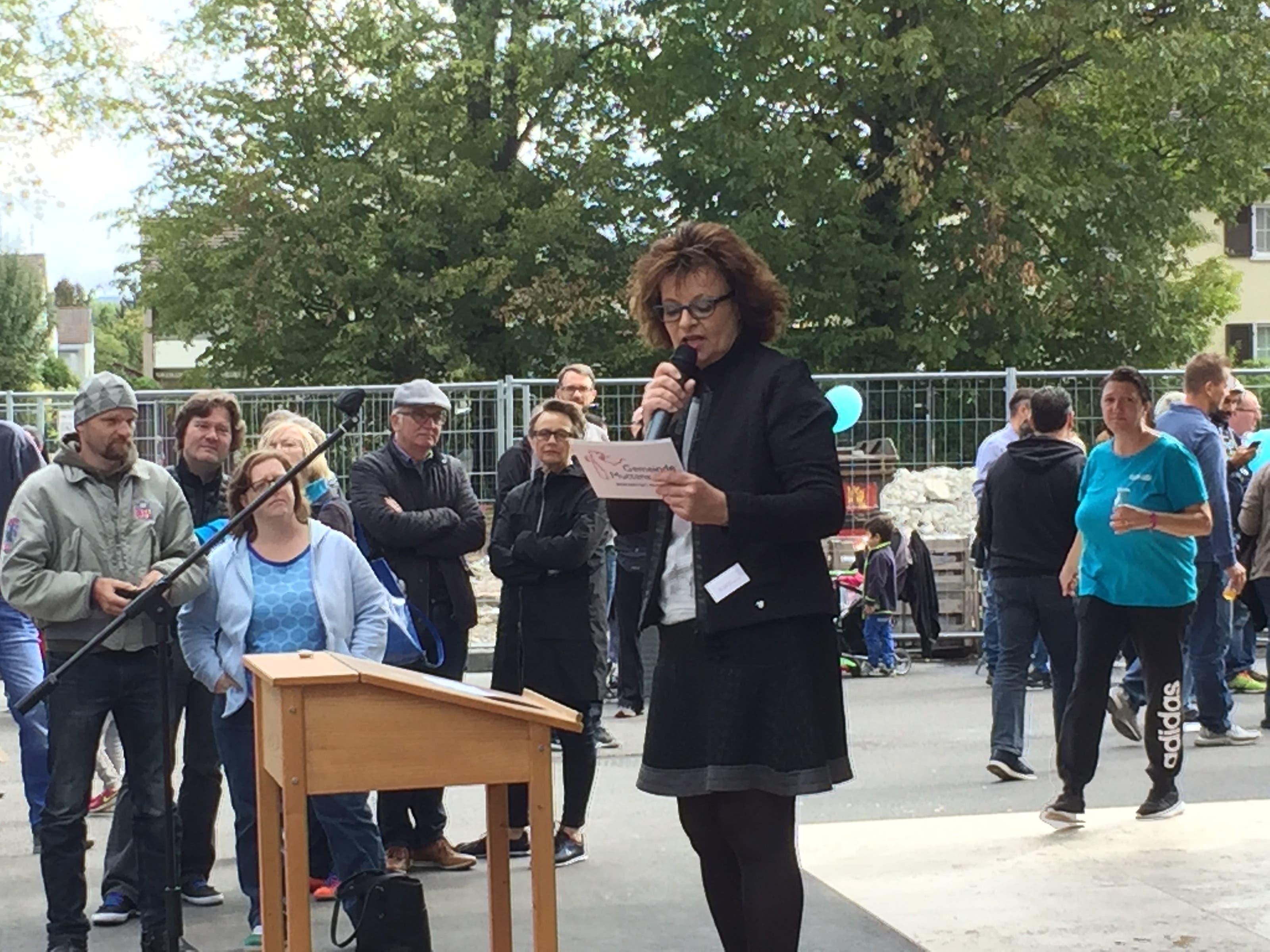 Schulleiterin Agnes Hermann bei ihrer Ansprache.