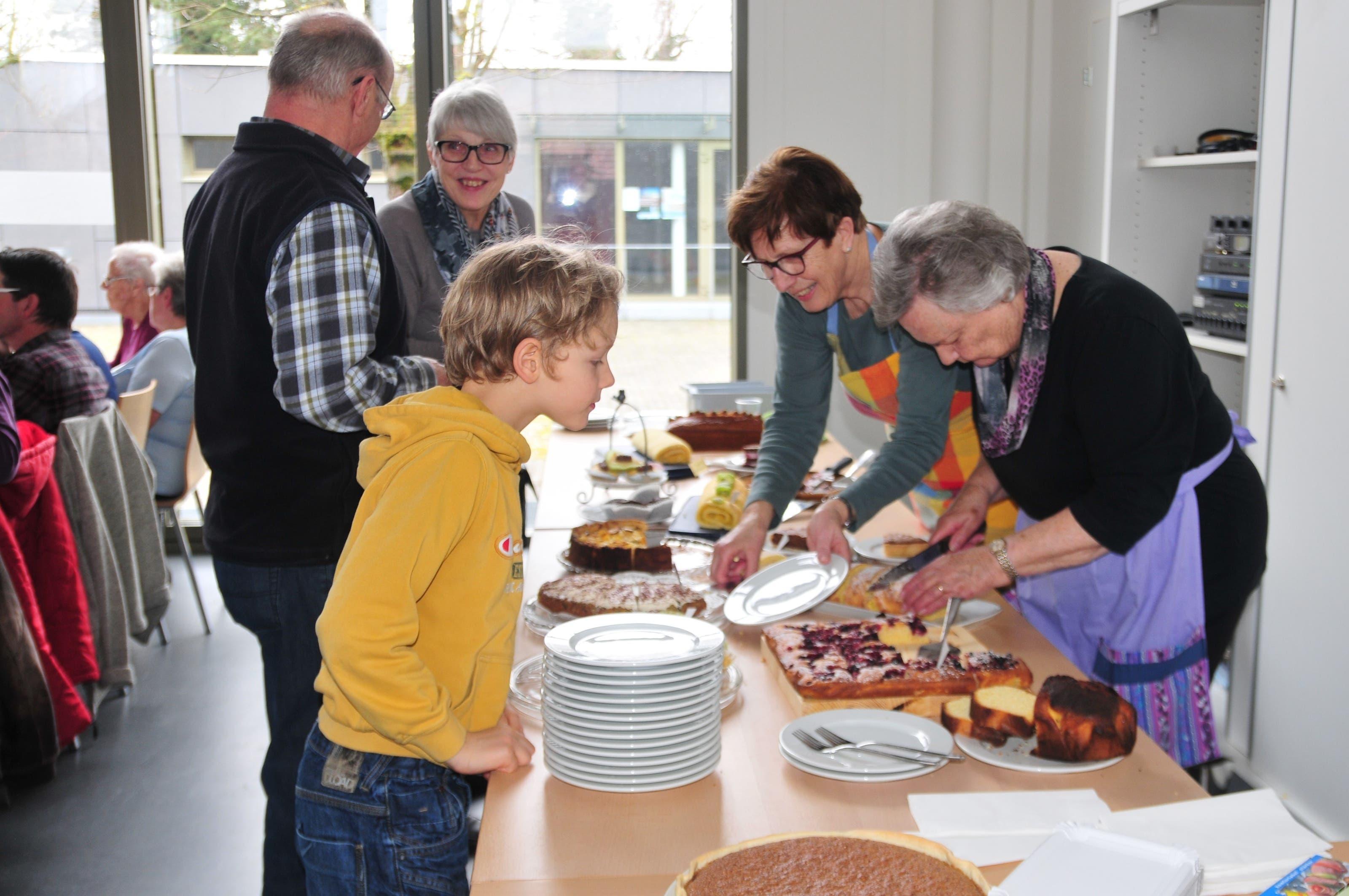 Das Kuchenbuffet war bei Gross und Klein beliebt.