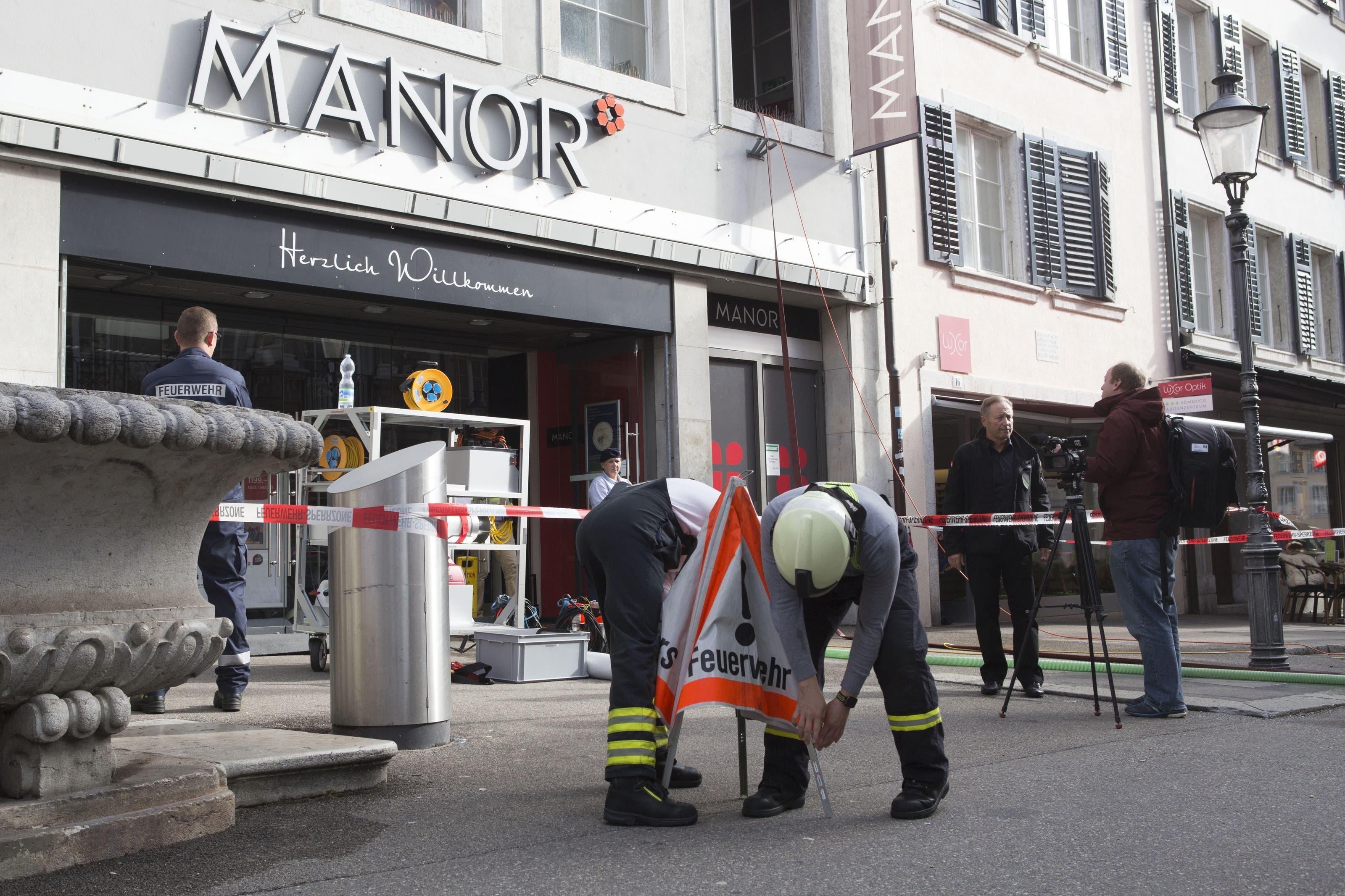 16 Mitglieder der Feuerwehr Stadt Solothurn sind am Montagmorgen im Manor an der Gurzelngasse im Einsatz.
