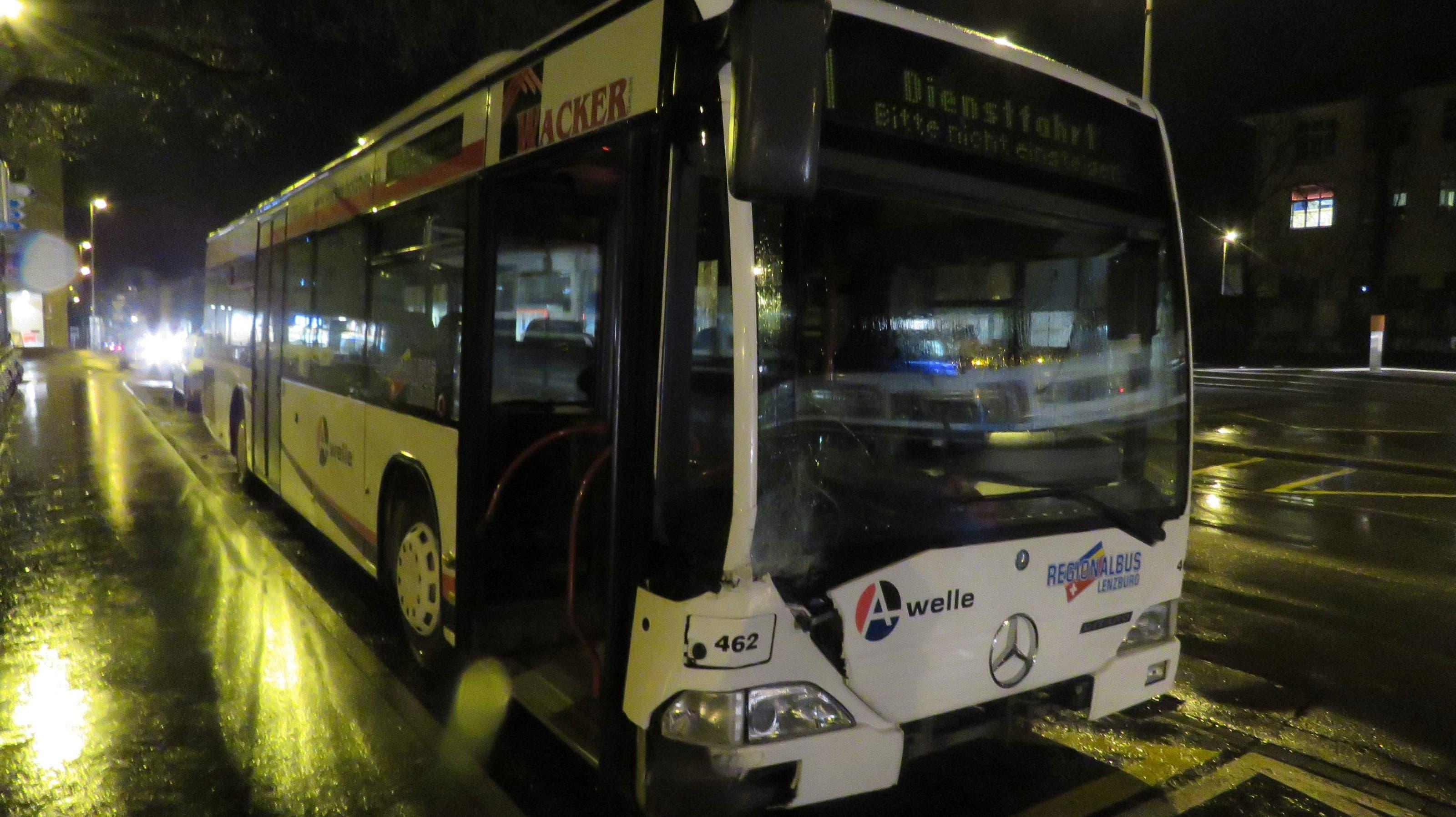 Der Linienbus und das Auto stiessen auf einer Kreuzung in der Nähe vom Bahnhof zusammen.