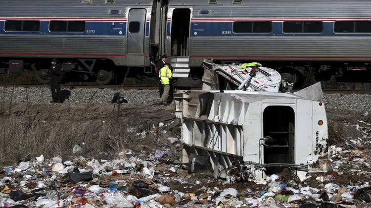 Extrazug von Republikanern kracht in Müllwagen ++ Ein Toter