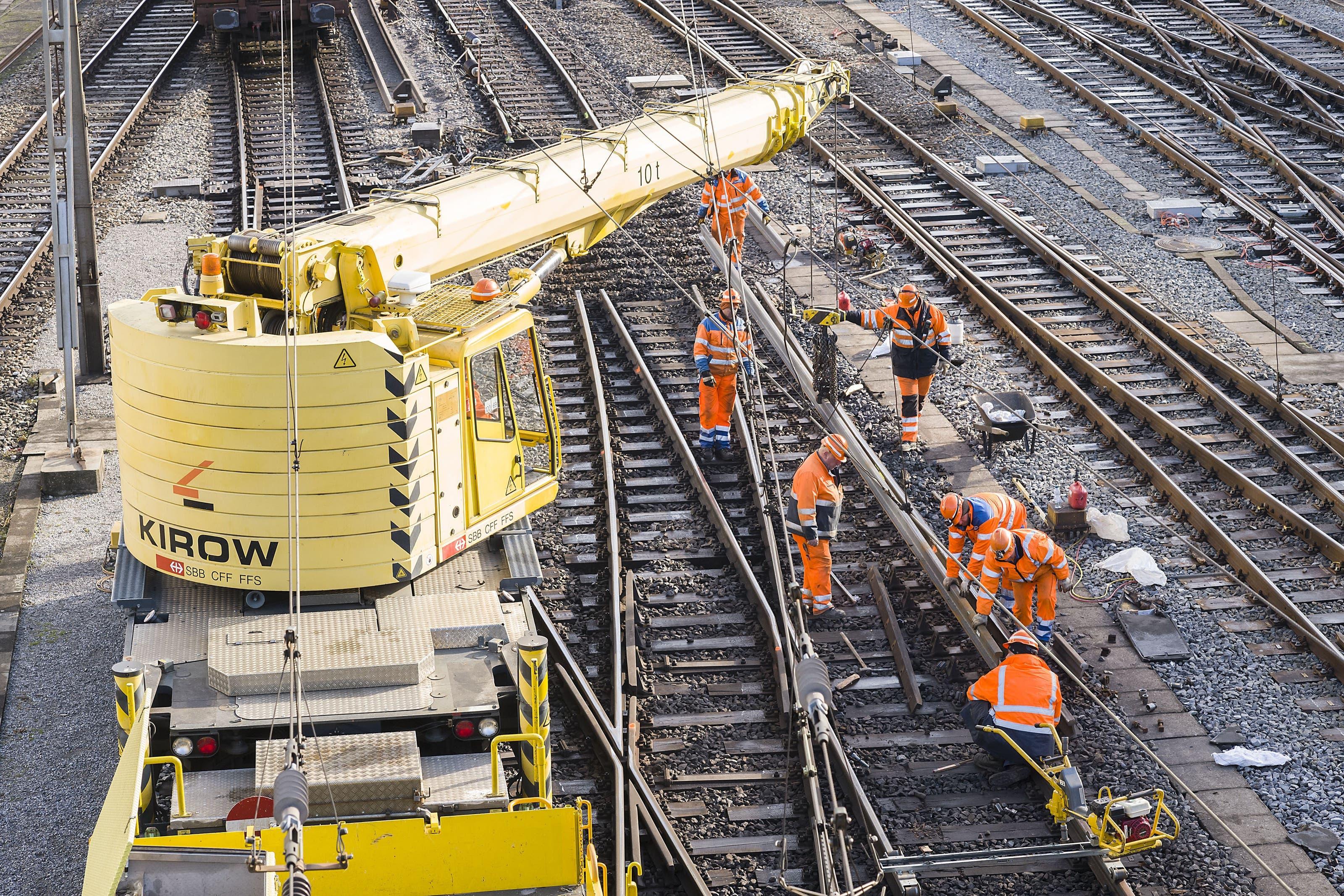 Zug-Entgleisung in Basel Nach dem Unfall am Mittwoch werden auch am Freitag noch die Gleise und Weichen repariert.