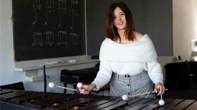 Sie ist das neue Talent des Jugendorchesters Freiamt an der Marimba