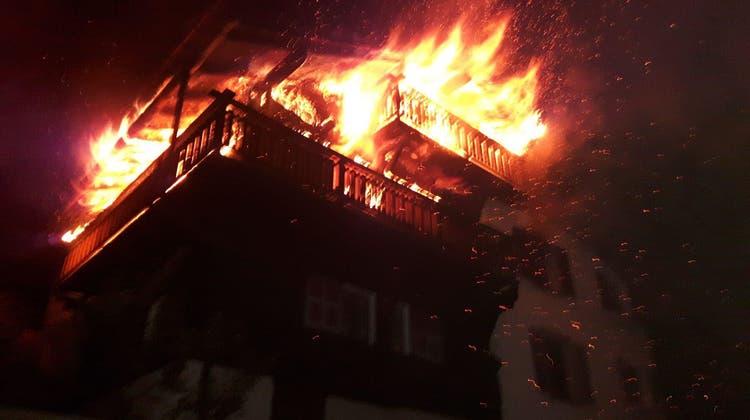 Hoher Sachschaden bei Hausbrand – 27 Feuerwehrmänner im Einsatz