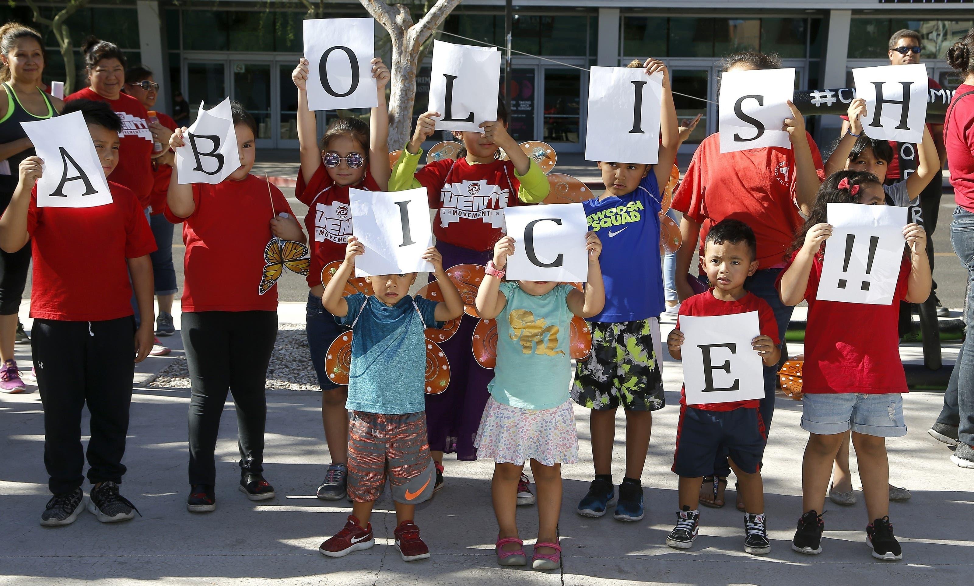 Kinder protestieren gegen die Trennung von Familien.