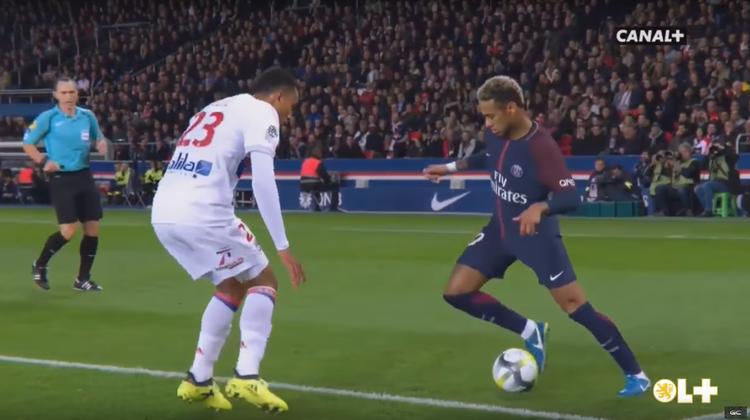 Soll der doch tänzeln: So stoppt der 21-Jährige Tete die Dribbelkünste des 222-Millionen-Neymars