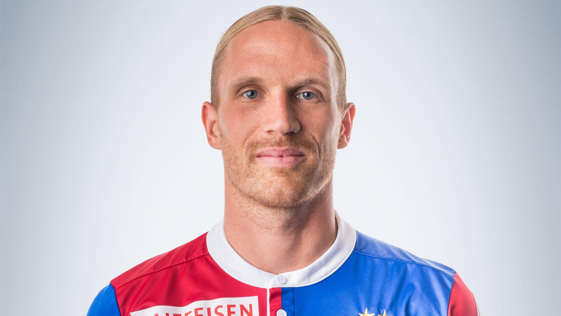 Michael Lang: 5 Der nimmermüde Dauerläufer bereitet das 1:1 durch Elyounoussi herrlich vor. Fordert Luzern-Keeper Jonas Omlin zudem direkt nach der Pause mit einem starken Kopfball.