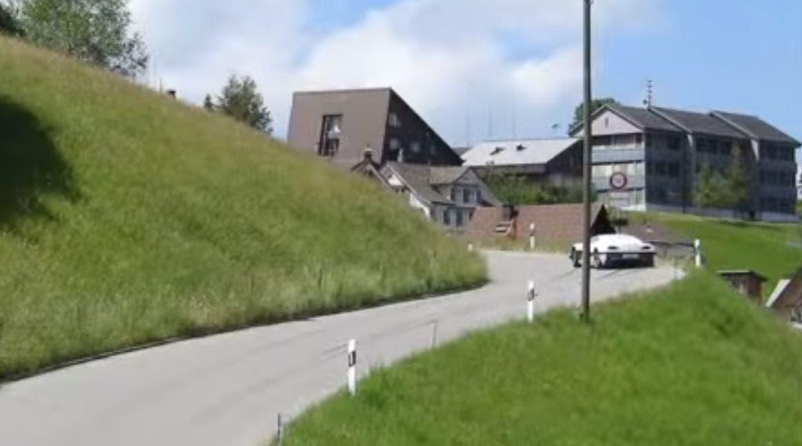 Hier ist Richard Hammond verunfallt. Er war bei einem Bergrennen in Hemberg im Kanton St. Gallen unterwegs.