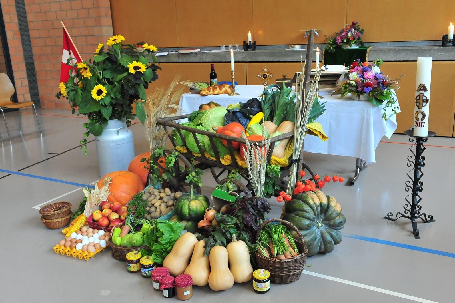 Reicher Gabentisch Die Landfrauen hatten unter der Woche die Spenden gesammelt und in der Kirche schön präsentiert. Dieses Jahr gehen die Naturalien wieder an das Schulheim St. Johann in Klingnau.