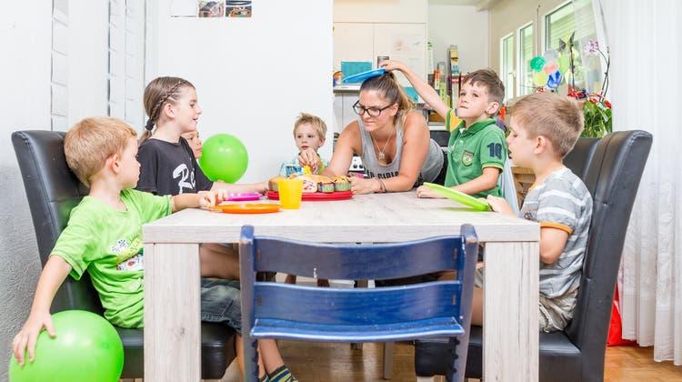 Daheim bei der Super-Mama: Der aufregende Alltag einer siebenköpfigen Tagesfamilie