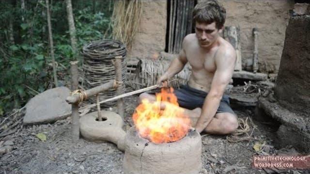 Nackter Oberkörper und zwei geschickte Hände: Steinzeit-Handwerker wird zum Youtube-Star