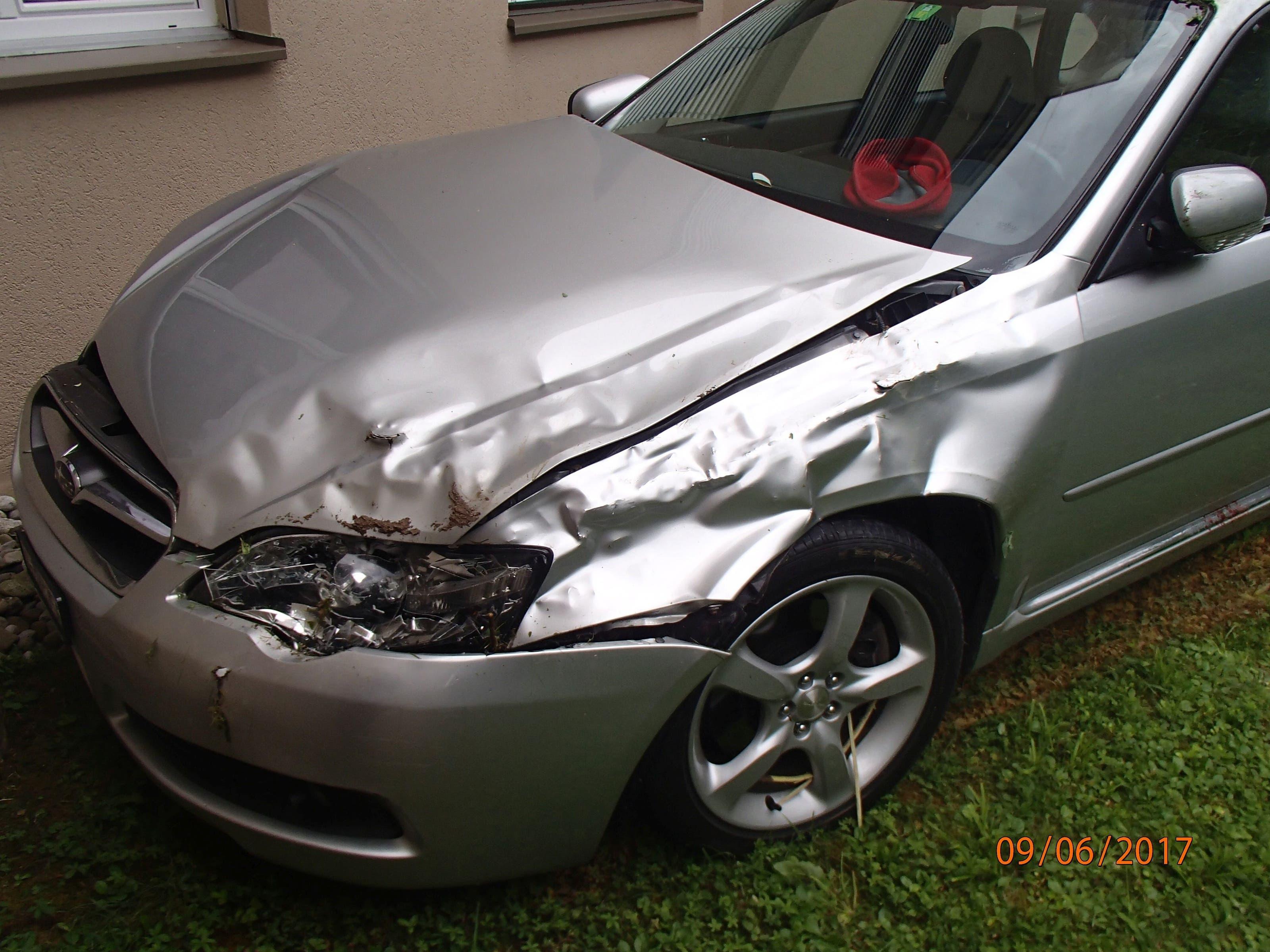 Am Subaru entstand beträchtlicher Schaden. Zudem wurde ein Kandelaber beschädigt.