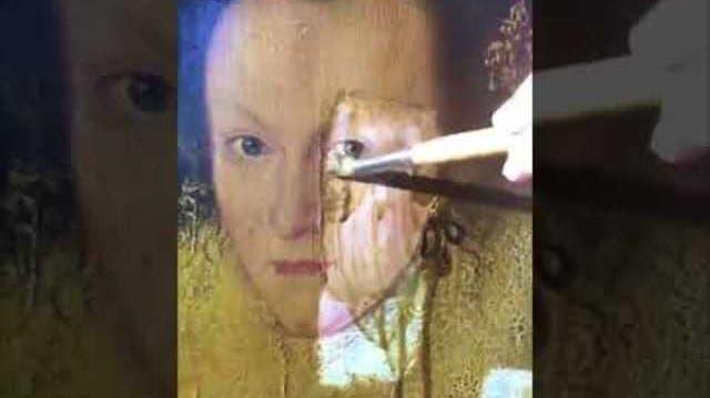 Er pinselt auf einem Gemälde von 1618 rum – und entfernt so 200 Jahre alten Schmutz