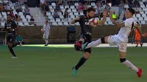 Mit diesem Foul bricht Brasil-Kicker Gegenspieler Schien- und Wadenbein