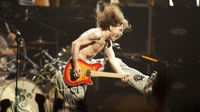 Eddie Van Halen beim finalen Akkord von «Jump» während einem Konzert in der Continental Airlines Arena in East Rutherford, New Jersey. Eddie Van Halen, der Gitarrenvirtuoso, dessen Geschwindigkeit, Kontrolle und Innovation auf seinem Instrument die mit seinem Bruder gegründete Band zu einer der erfolgreichsten im Hardrockgruppe machten, starb am Dienstag, 6. Oktober 2020, an Krebs. (Bild: John Munson/AP (East Rutherford, New Jersey, 22. Juni 2004))