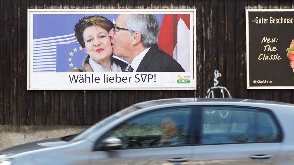 Politische Propaganda Die SVP nutzte das unvorteilhafte Bild für ihre Werbung. Die Aussage: Die SP-Bundesrätin macht mit der EU gemeinsame Sache. Da wählt man lieber – was wohl (!) – SVP.