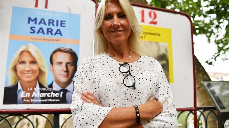 Eine Stierkämpferin marschiert für Macron