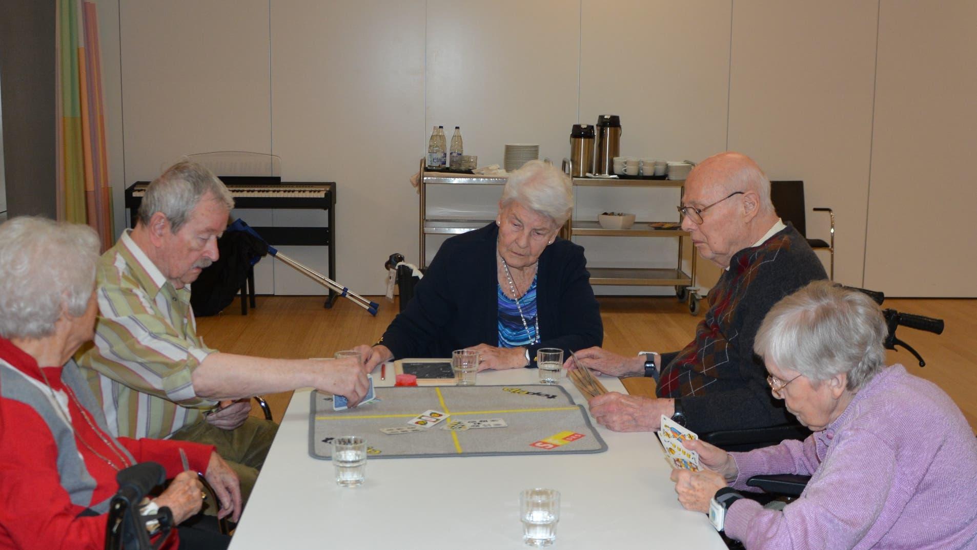 Irene Illi (85) fungiert als Schreiberin. Sie lebt noch selbstständig und jasst nur mit, wenn ein Spieler ausfällt. Sie sagt, sie jasse etwa seit 80 Jahren. «In Luzern können die Mädchen schon in den Windeln jassen.»