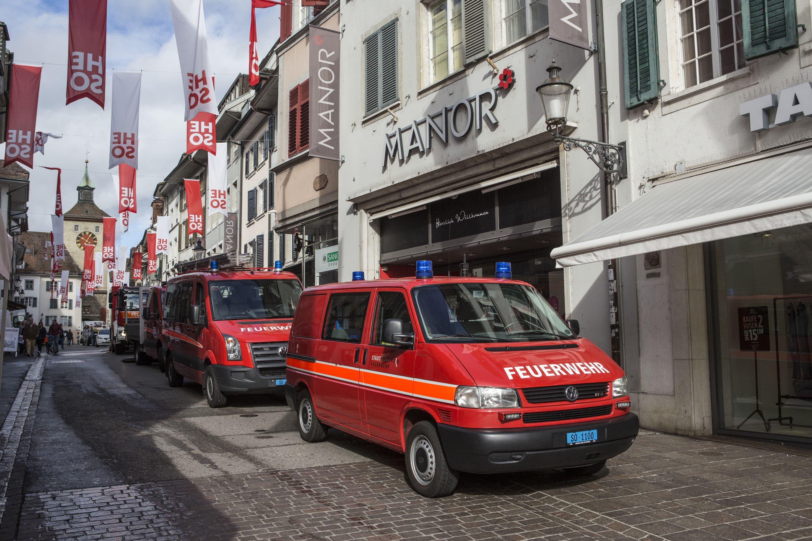 Gleich sechs Fahrzeuge der Feuerwehr sind vor Ort